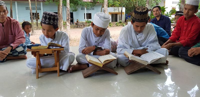 givelight-children-orphans-asia-cambodia-home-boys-reading-Quran