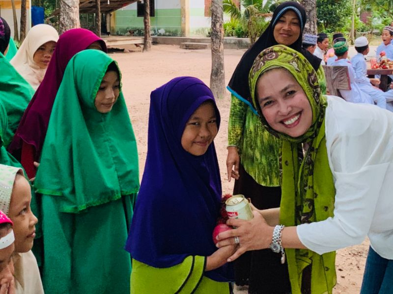 givelight-children-orphans-asia-cambodia-home-dian-alyan-fruit