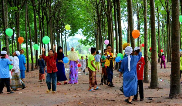 givelight-children-orphans-asia-cambodia-home-playing-balloons-600x350 old